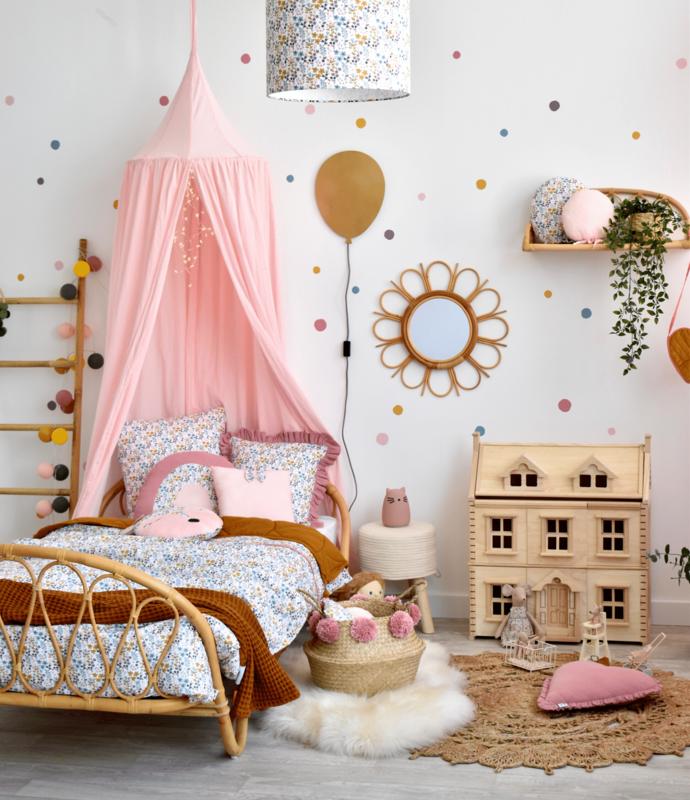 Kinderzimmer mit Rattanbett & Blumentextilien