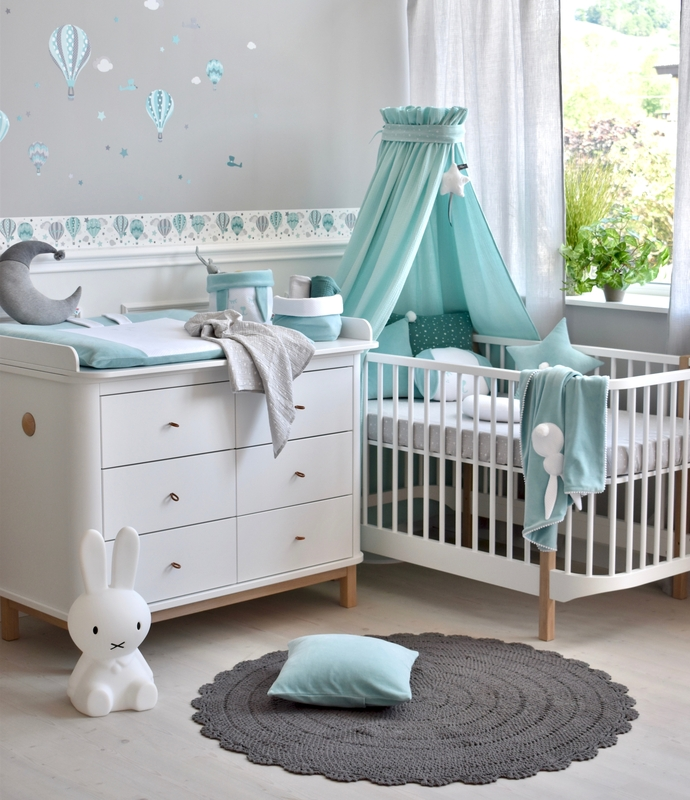 Babyroom with hot air balloons in mint & grey