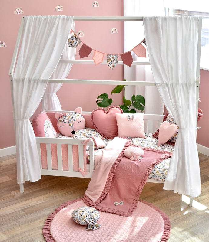 Kidsroom in pink with house bed & flowery textiles