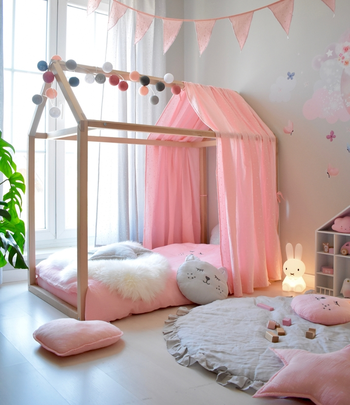 Girlsroom in pink & grey with house bed