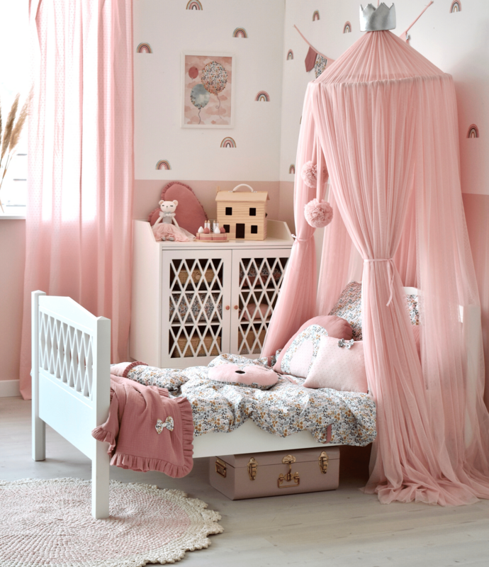 Girlsroom in pink with flowers & rainbows