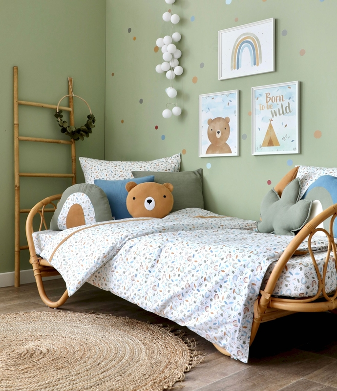 Kidsroom in green with rattan bed & rainbows