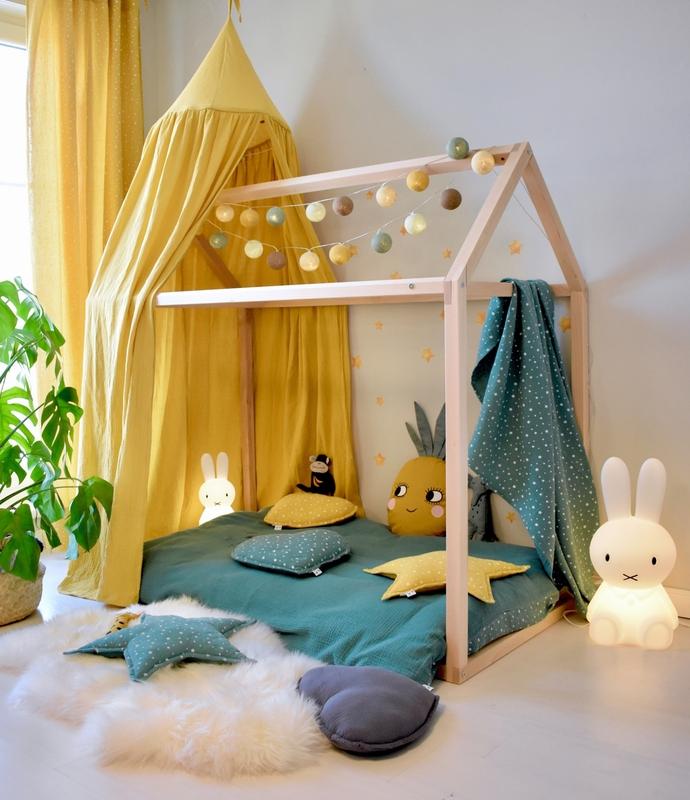Kinderzimmer mit Hausbett im tropischen Look