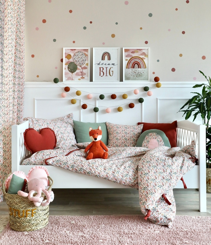 Kidsroom with flower decor in rusty red & khaki