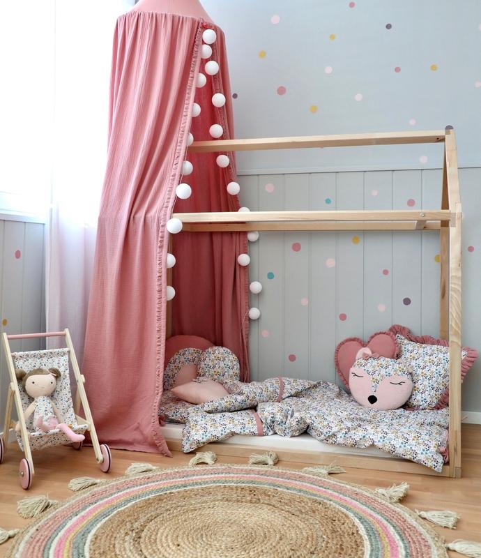 Kinderzimmer mit Hausbett & Puppenhaus