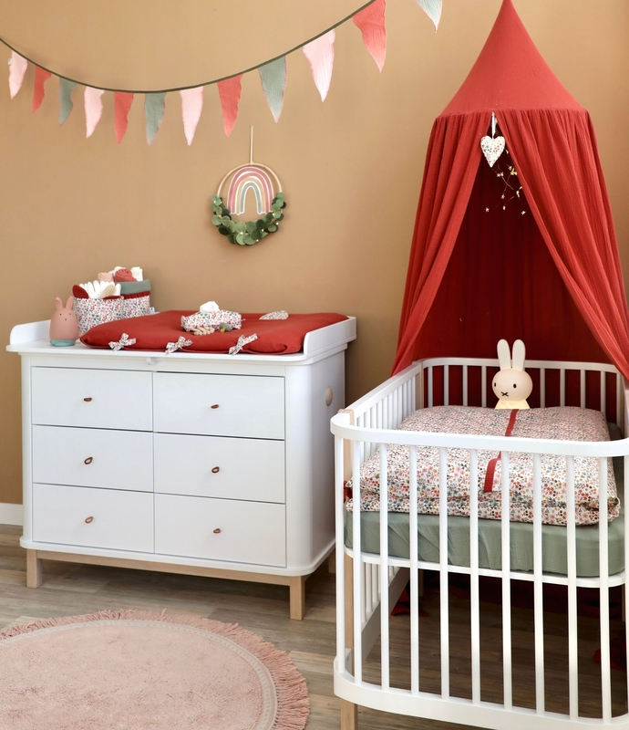 Babyroom with flowers in rusty red & khaki