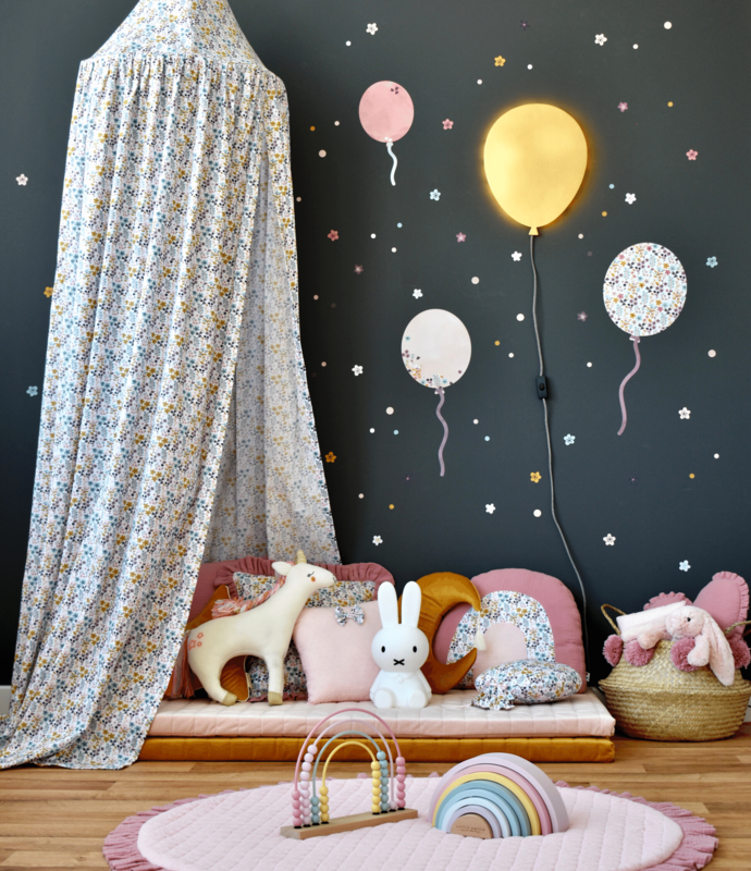 Cuddle-corner with balloons & flowery textiles